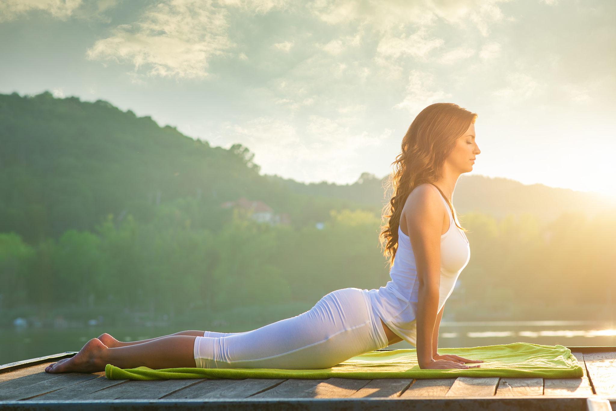 Entspannung-durch-Yoga-iin-der-Natur-Frau-findet-zu-sich-selbst