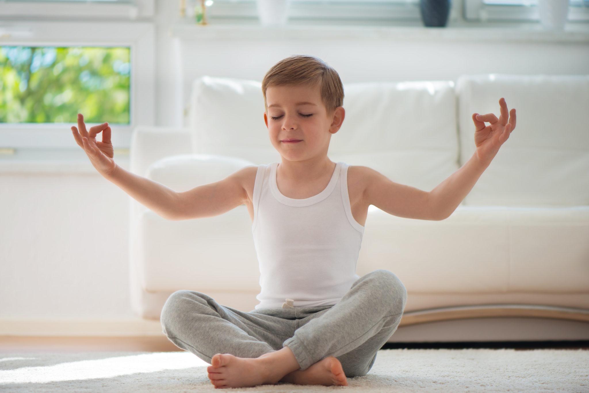 Kinder-Yoga-ist-fuer-alle-da-Bub-entpannt-sich-bei-täglicher-Yoga-Praxisnn